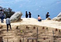 देवीस्थानमा पर्यटकः चुच्चे ढुङ्गामा सेल्फीदेखि घोडचडी र पिङको मज्जा लिन पाइने