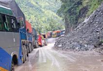 पहिरोका कारण अवरुद्ध बनेको नारायणगढ–मुग्लिन सडक सञ्चालनमा