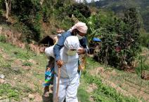 संक्रमितलाई ढाडमा बोकेर अस्पताल पुर्याउने जनप्रतिनिधि