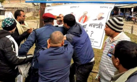 मुख्यमन्त्री र मन्त्रीहरूको राजीनामा माग्दै 'जुत्ता' प्रहार, प्रहरीद्वारा धरपकड