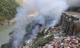 फोहर जलाउँदा राजमार्ग प्रदूषण