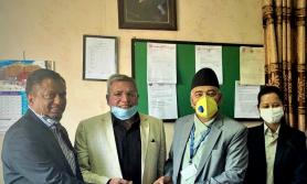 नेपाल लाइफद्धारा एक करोडको चेक कोषलाई हस्तान्तरण