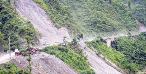 नारायणगढ–मुग्लिनको धसिएको सडक अझै बनेन्