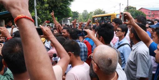 रवि लामिछानेलाई अदालत उपस्थित गराइँदै, प्रहरी कार्यालय अगाडि प्रदर्शन