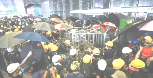 हङकङको संसद भवनमा छिरे प्रदर्शनकारी