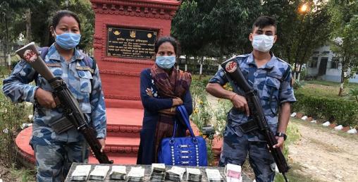भारतीय अवैध प्रतिबन्धित रुपैया सहित एक महिला पक्राउ