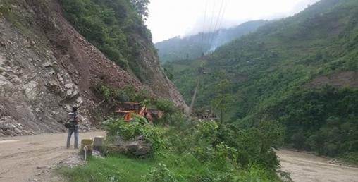 मुग्लिन-नारायणगढ सडकको जलबिरेमा पहिरो, मालवाहक सवारीसाधन अलपत्र