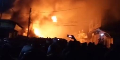 ताप्लेजुङ सदरमुकाममा भीषण आगलागी, सात घर जलेर नष्ट(भिडियो सहित)