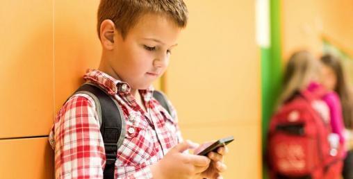 बच्चाको हातमा मोबाइल छ ? शुरु भयो खतरा