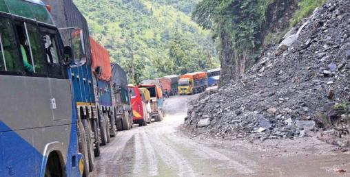 नारायणगढ मुग्लिन सडकखण्डमा पहिरो खस्यो, सडक एकतर्फी सञ्चालन