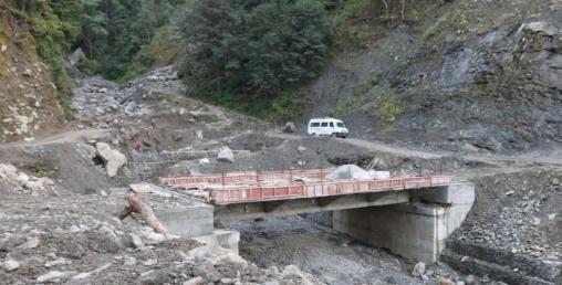 कम्पनीको गलत डिजाइनले सडक भन्दा मुनि बन्यो पुल !