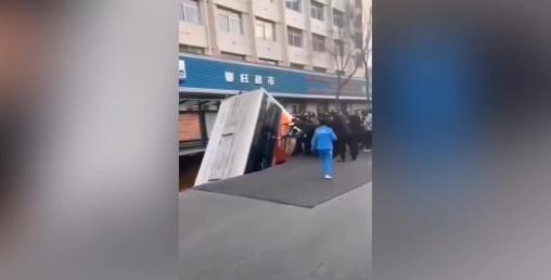 सडकले यात्रुवाहक बस निलेपछि... , ६ जनाको मृत्यु (भिडियो सहित्)