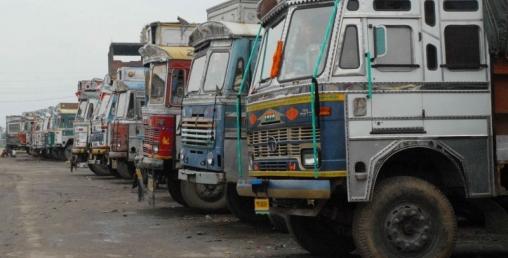 लोड भएका ट्रक ठाउँ ठाउँमा रोकिए, आपूर्तिमा समस्या आउने भन्दै व्यावसायी चिन्तित