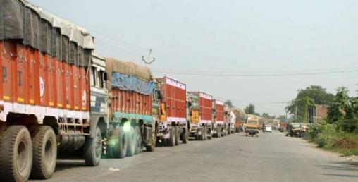 दुई सय ट्रक एक महिनादेखि केरुङमै