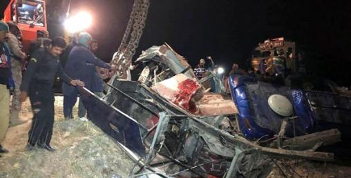 पाकिस्तानमा रेल र बस एक आपसमा ठोक्किँदा तीसको मृत्यु