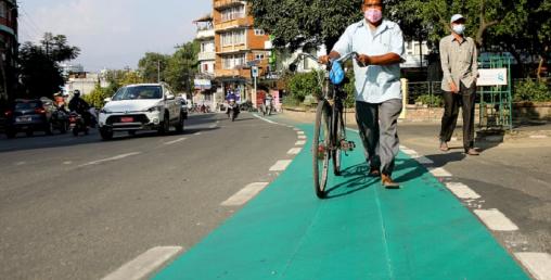 ललितपुर महानगरपालिकाको सडकमा हरियो रङपछि अब रातो पोतिने