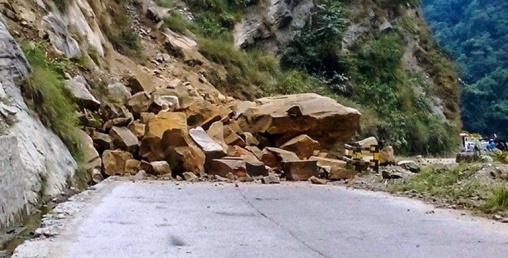 हेटौँडा -कुलेखानी -काठमाडौं सडकखण्डमा पहिरो हटाउन शुरु