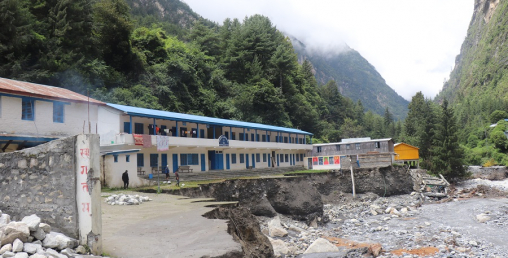 मनाङमा बाढीः स्थानीय सरकारको लगानी खोलामा, विद्यालयबाट बग्यो खोला